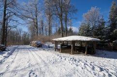 Route de campagne près d'abri pendant l'hiver Photographie stock libre de droits