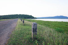 Route de campagne près de la rivière Photos stock