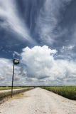 Route de campagne sous le ciel bleu et les nuages Photographie stock