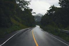 Route de campagne sur la colline Images stock