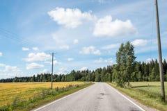 Route de campagne un jour ensoleillé Photos stock