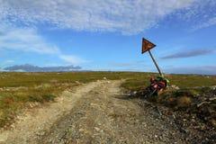 Route de campagne, vélo et vieux signe de route Photos libres de droits