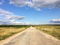 Route de champ pendant l'été photo stock