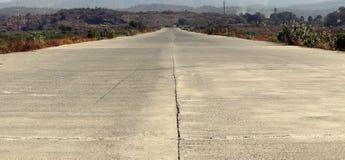 Route de ciment se réunissant à l'horizon Photographie stock