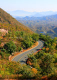 Route de courbe dans le secteur de montagne Images libres de droits