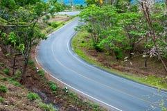 Route de courbe jusqu'au dessus de la montagne Photographie stock