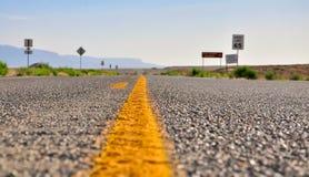 Route de désert avec le bokeh au Nouveau Mexique Photo libre de droits