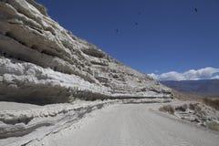Route de désert avec le ciel bleu photographie stock