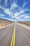Route de désert dans Death Valley, concept de voyage Images stock