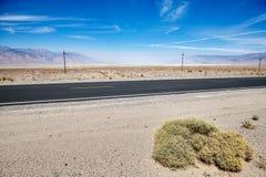 Route de désert dans le Death Valley Image libre de droits