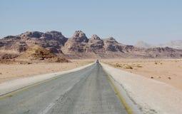 Route de désert, Wadi Rum, Jordanie images libres de droits