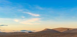 Route de dunes de sable de désert au coucher du soleil Photo libre de droits