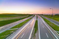 Route de déviation de tri ville au crépuscule Photos stock