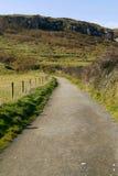 Route de flanc de coteau dans Antrim, Irlande du Nord Photo stock