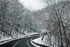 Route de l'hiver avec des arbres dans la neige Photos libres de droits
