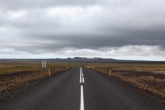Route de l'Islande menant directement au loin Images libres de droits
