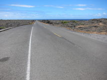 Route de lave d'Hawaï vers la mer photos stock