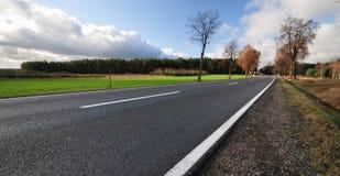 Route de macadam par le pays Images stock