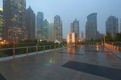 Route de marbre vide de plancher avec le fond moderne d'architecture de ville Image stock
