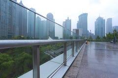 Route de marbre vide de plancher avec le fond moderne d'architecture de ville Photos stock