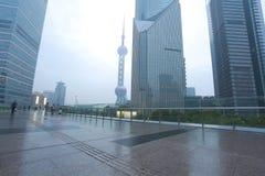 Route de marbre vide de plancher avec le fond moderne d'architecture de ville Images libres de droits