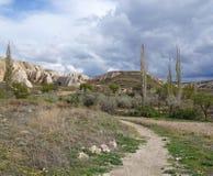 Route de marche dans une vallée avec des formations de roche fantastiques près de Goreme photographie stock