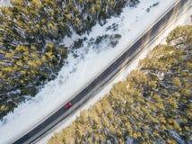 Route de Milou avec une voiture mobile en hiver Image stock