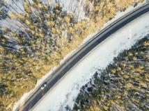 Route de Milou avec une voiture mobile en hiver Photo libre de droits