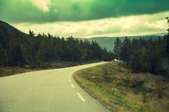 Route de montagne au coucher du soleil photos stock