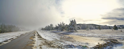 Route de montagne avec la neige Photographie stock libre de droits