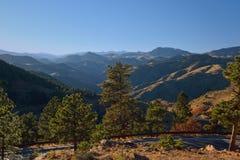 Route de montagne d'enroulement au crépuscule Photos stock