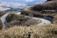 Route de montagne d'enroulement avec la voiture de sport Images libres de droits