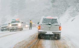 Route de montagne dans la tempête de neige Photographie stock libre de droits