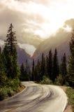 Route de montagne dans le contre-jour avec l'effet filtré rêveur Photo stock