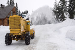 Route de montagne de clairière de machine de déblaiement de neige Photo stock