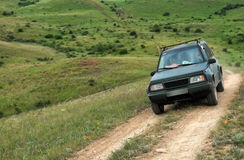 Route de montagne de croisement de voiture de SUV d'entraînement à quatre roues Photos stock