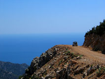 Route de montagne donnant sur la mer Images stock