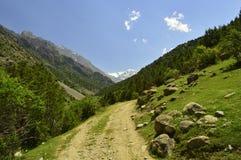 Route de montagne, gorge de Galuyan, Kirghizistan Photographie stock libre de droits