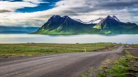 Route de montagne menant aux crêtes et aux fjords Photo libre de droits