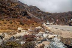 Route de montagne rocheuse au Sikkim du nord un matin brumeux d'hiver Image libre de droits