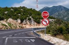 Route de montagne, signe d'arrêt Photographie stock libre de droits