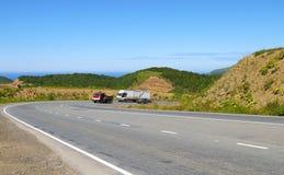 Route de montagne sur l'île Sakhaline d'ici été. Photographie stock