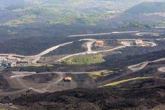 Route de montagne sur le volcan de l'Etna Paysage du mont Etna sicily Photo stock