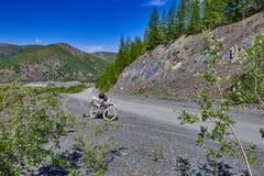 Route de montagne Une moto Enduro kolyma Images libres de droits