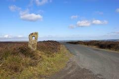 Route de Moorland avec le monolithe Images stock