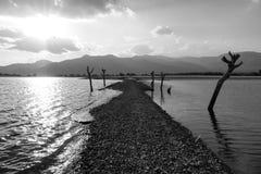 Route de mystère à travers un lac Photos stock