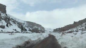 Route de neige de montagne banque de vidéos