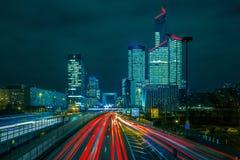 Route de nuit avec des gratte-ciel de la défense de La, Paris images stock