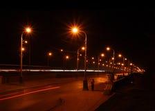 Route de nuit par la passerelle images stock