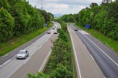 Route de papier peint avec peu de participants du trafic Photos stock